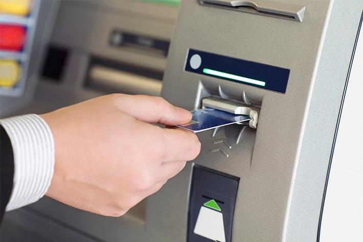 вставляет карту в банкомат фото